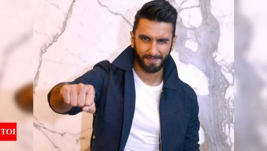 A decade in Bollywood: Ranveer Singh celebrates milestone with a 'filmy' chocolate cake - Times of India