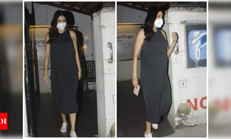 Photos: Mom-to-be Anushka Sharma keeps it casual and comfy as she gets papped outside a clinic in Mumbai - Times of India