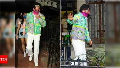 Photos: Ranveer Singh sports a neon pink glasses as he steps out for Christmas shopping with family - Times of India