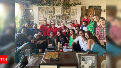 Ranbir Kapoor hugs girlfriend Alia Bhatt in THIS family photo shared by Kareena Kapoor Khan from their annual Christmas lunch - Times of India