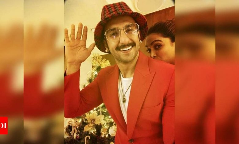 Ranveer Singh sends Christmas wishes to fans with his 'little elf' Deepika Padukone - Times of India