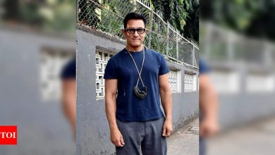 Aamir Khan gets trolled for not wearing mask as he steps out to play with kids - Times of India