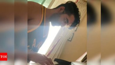 Ayushmann Khurrana shows off his piano skills by playing Ludovico Einaudi's Divenire; Rajkummar Rao, Ishaan Khatter drop comments - Times of India