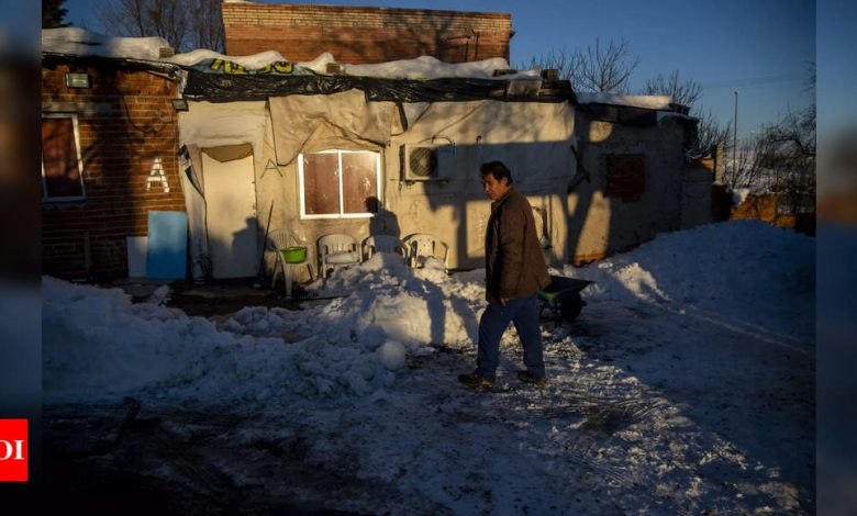 Historic snowfall chills Madrid slum to the bones - Times of India