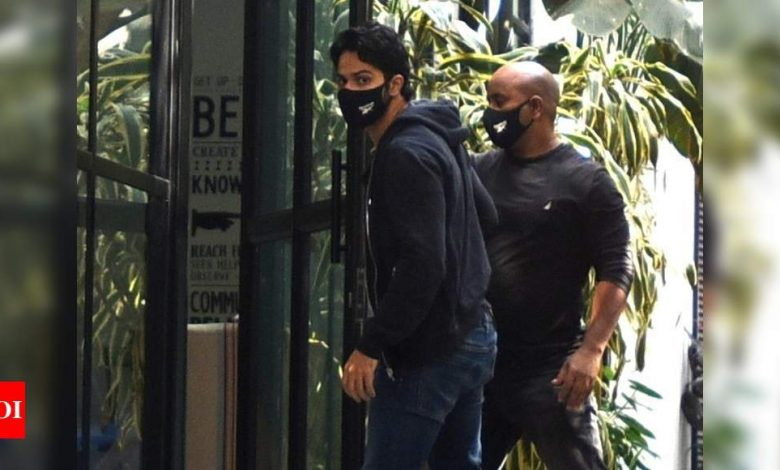 PHOTOS: Varun Dhawan gets papped in the city as he steps out for work - Times of India