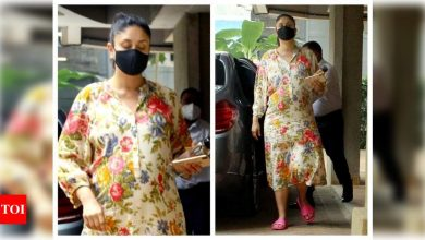 Photos: Kareena Kapoor Khan continues to give us major maternity fashion goals with her comfortable floral outfit - Times of India