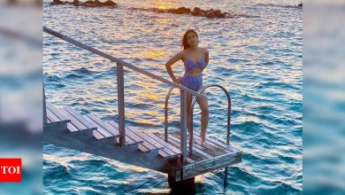 Sara Ali Khan is making temperatures soar as she chills on the beach in latest pictures from Maldives - Times of India