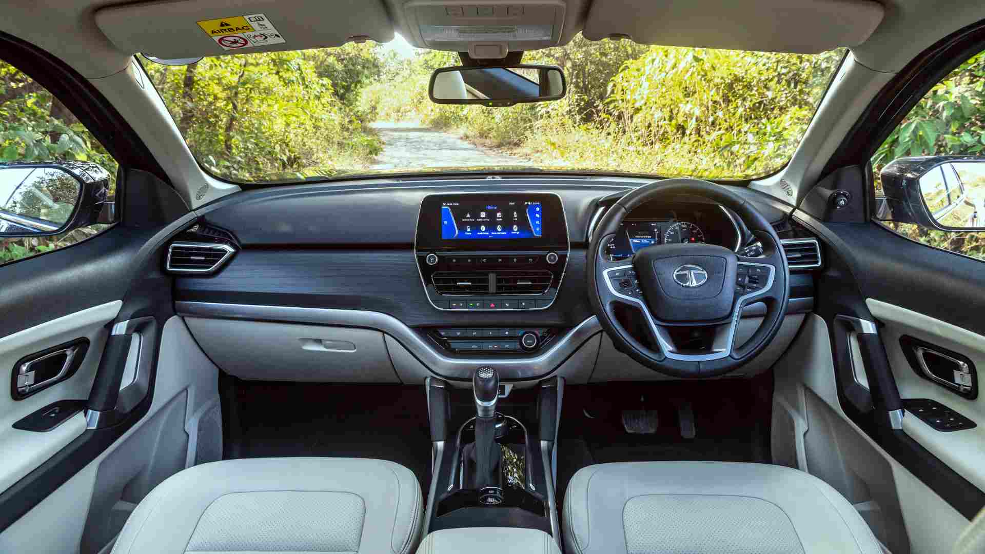 With a couple of small changes, the Tata Safari's interior feels more premium than the Harrier's. Image: Overdrive/Anis Shaikh