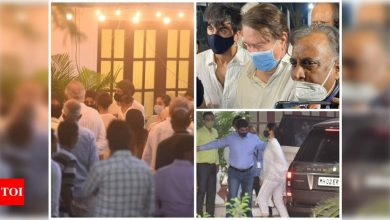 Bollywood mourns Rajiv Kapoor: Shah Rukh Khan, Neil Nitin Mukesh, Ranbir Kapoor, Alia Bhatt, Anil Ambani and others attend the funeral in Chembur - Times of India ►