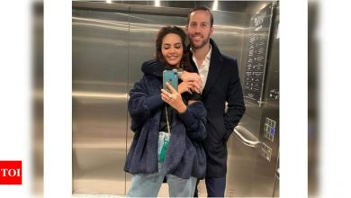 Esha Gupta wishes beau Manuel Campos Guallar on his birthday with an adorable mirror selfie - Times of India