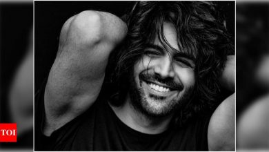 Kartik Aaryan's infectious smile in THIS monochrome picture is sure to melt your heart - Times of India