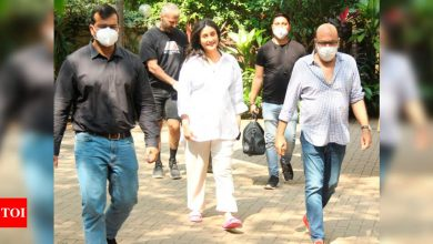 Mom-to-be Kareena Kapoor Khan looks radiant as she gets clicked in the city ahead of her due date - Times of India