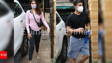 PHOTOS: Rhea Chakraborty and brother Showik gets papped outside a gym - Times of India ►