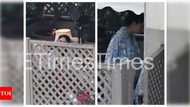 Photos: Kareena Kapoor Khan relaxes on her balcony after returning home from the hospital with her newborn baby - Times of India