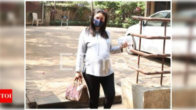 Photos: Mom-to-be Kareena Kapoor Khan opts for a cool and comfy look as she steps out in the city ahead of her due date - Times of India