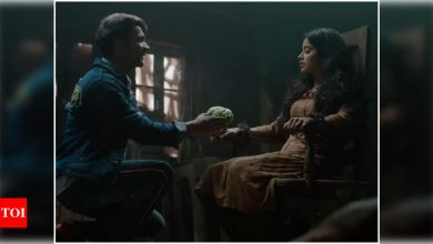 Rajkummar Rao's 'Gobi Ka Phool' is the most romantic gesture for Janhvi Kapoor in their latest song 'Kiston' from 'Roohi' - Times of India