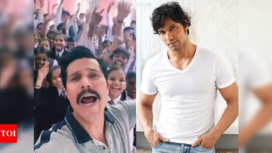 Randeep Hooda's 'Pawri' video from the film sets will leave you in splits - Times of India