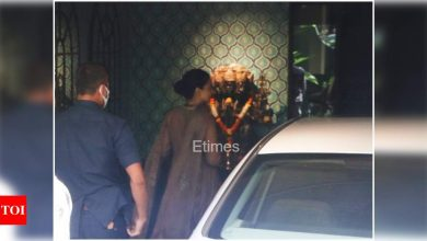 Exclusive photos: Kangana Ranaut gets clicked outside her office in Mumbai - Times of India