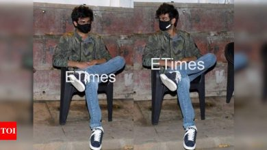 Exclusive photos: Kartik Aaryan waits outside a cafe for his car to arrive - Times of India