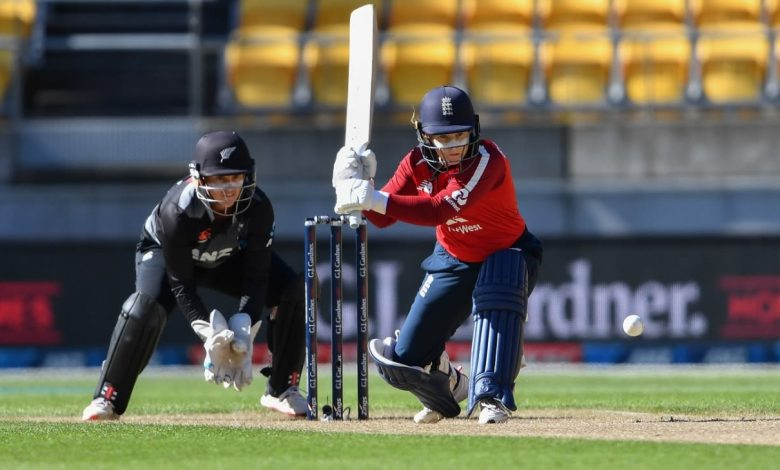 Freya Davies and Tammy Beaumont star as England seal series