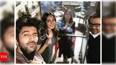 Kartik Aaryan shares a team selfie as he welcomes Tabu back on the sets of 'Bhool Bhulaiyaa 2' - Times of India