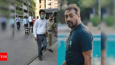 PIC: Income Tax officer exits Anurag Kashyap's residence after almost 11 hours - Times of India
