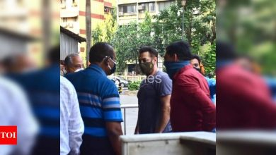Photos: Salman Khan gets clicked outside a hospital in Bandra - Times of India ►