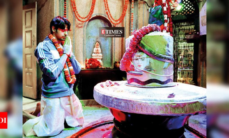 Sidharth Malhotra performs puja at Mankameshwar Temple in Lucknow - Times of India