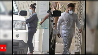 Kareena Kapoor Khan and Saif Ali Khan keep it casual as they get clicked outside a clinic; see pics - Times of India