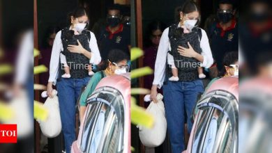 Photos: Anushka Sharma gets clicked with her daughter Vamika and husband Virat Kohli as they arrive in the city - Times of India