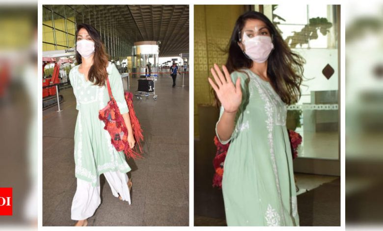 Photos: Rhea Chakraborty gets snapped by the paparazzi at the airport as she flies out of the city - Times of India