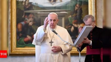 Pope celebrates mass of 'mercy' with prisoners, refugees - Times of India