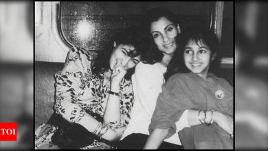 Twinkle Khanna shares a throwback moment with mom Dimple Kapadia and sister Rinke; Sussanne Khan calls it a 'priceless pic' - Times of India