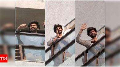 Kartik Aaryan is all smiles as he waves at the paparazzi from his residence - Times of India