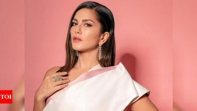 Sunny Leone thanks fans for their birthday wishes; urges them to wear a mask and 'spread love not hate' - Times of India
