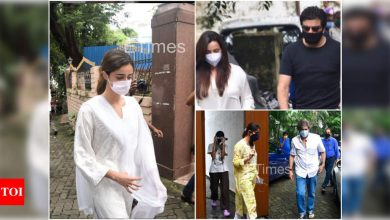 Ananya Panday along with her family arrive for her grandmother Snehlata Pandey's last rites as she passes away; Samir Soni, Neelam Kothari and other celebs accompany them - Times of India ►