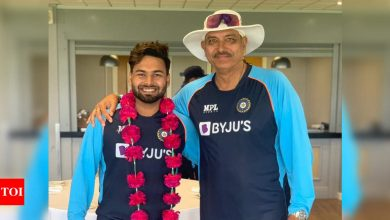 Garlanded Rishabh Pant thanks Ravi Shastri for grand welcome | Cricket News - Times of India