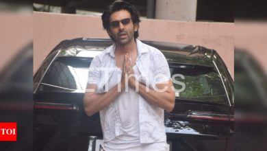 Kartik Aaryan wins hearts as he signs autographs, poses for selfies with fans – watch video - Times of India