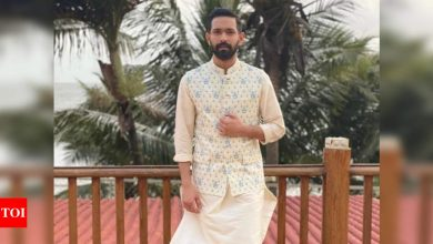 Vikrant Massey shows how to rock a floral bundi - Times of India