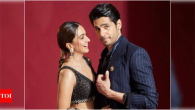 'Shershaah' stars and rumoured love birds Sidharth Malhotra and Kiara Advani look breathtakingly gorgeous as they pose together - Times of India