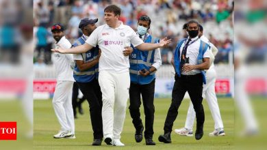 India vs England, 2nd Test: Pitch invader casually joins Indian team after lunch | Cricket News - Times of India